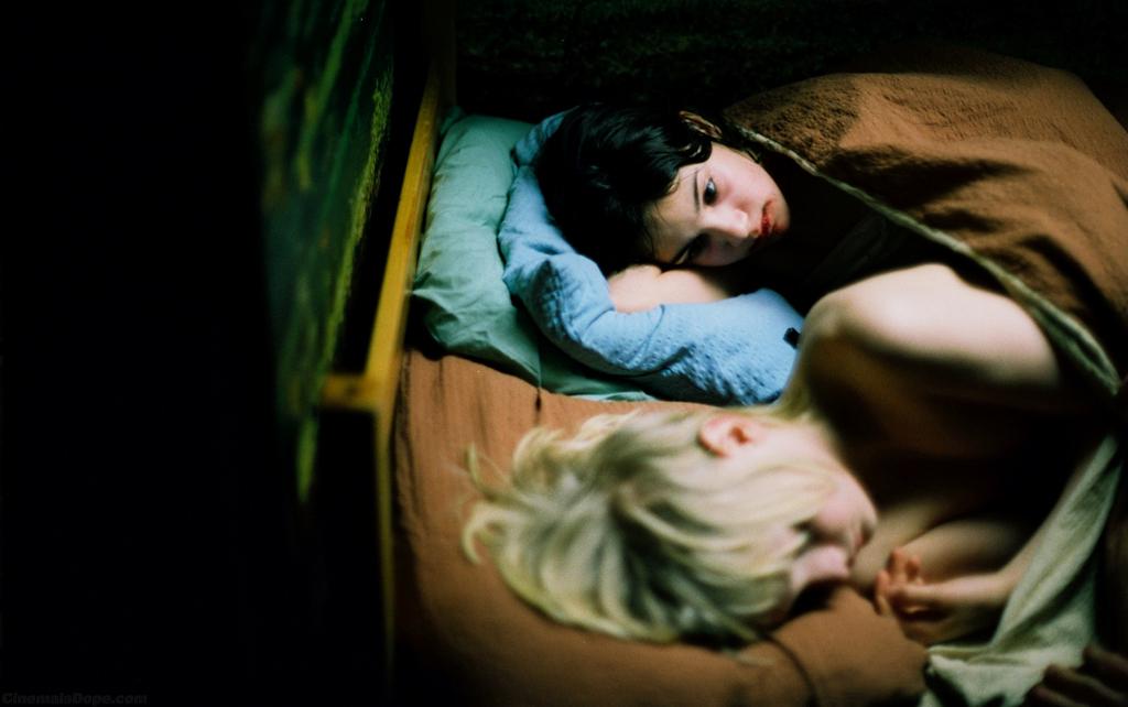 Déjame entrar Eli Oskar cama